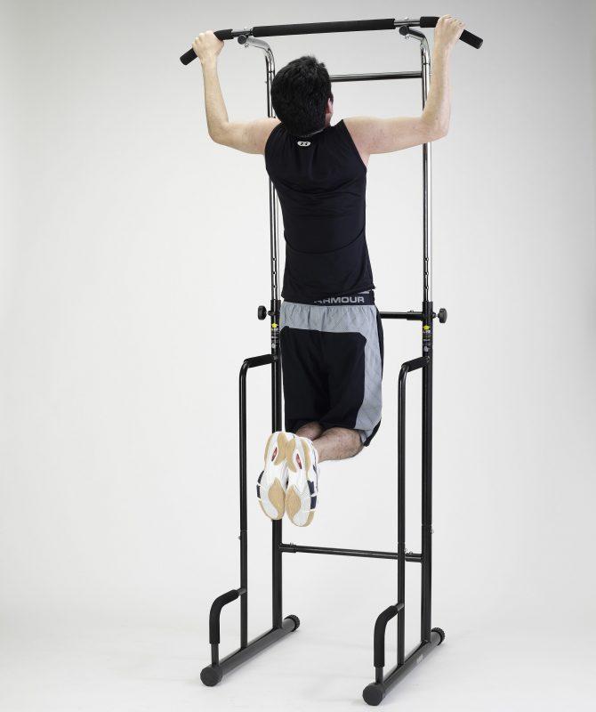アルインコの懸垂マシンで懸垂する男性の後ろ姿