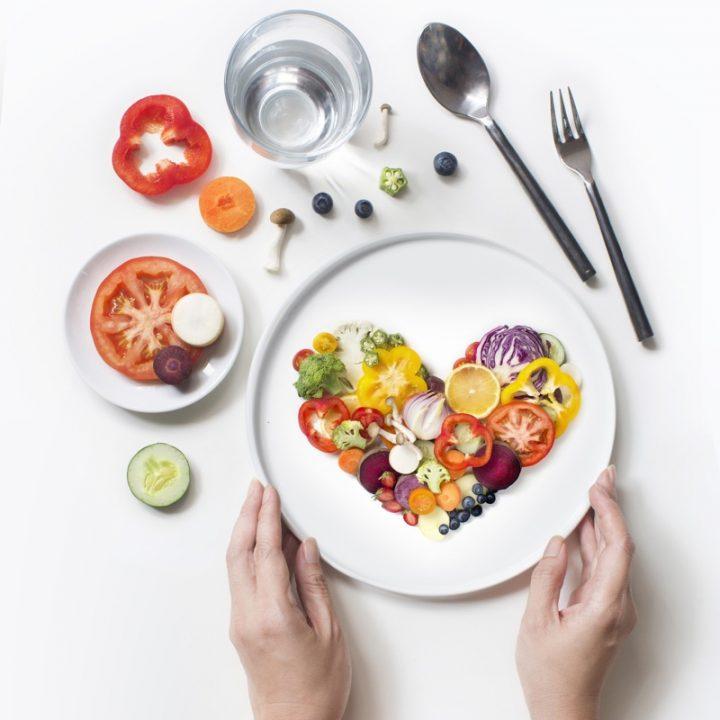 皿にハート型に盛られた野菜