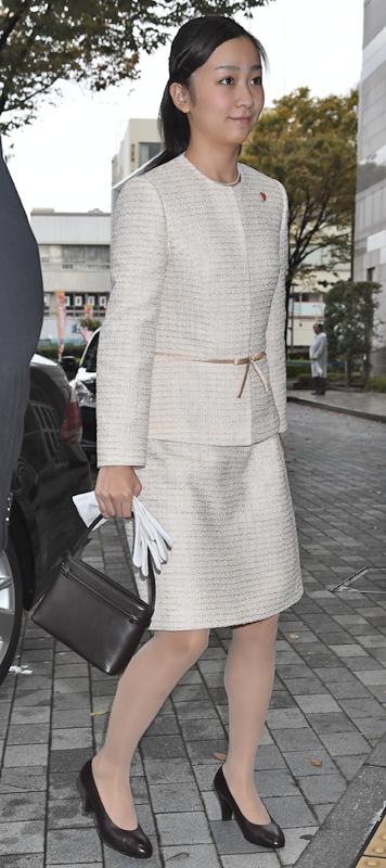 2014年11月「全国障がい者芸術・文化祭とっとり大会」 に白いスーツ姿で訪れた佳子さま