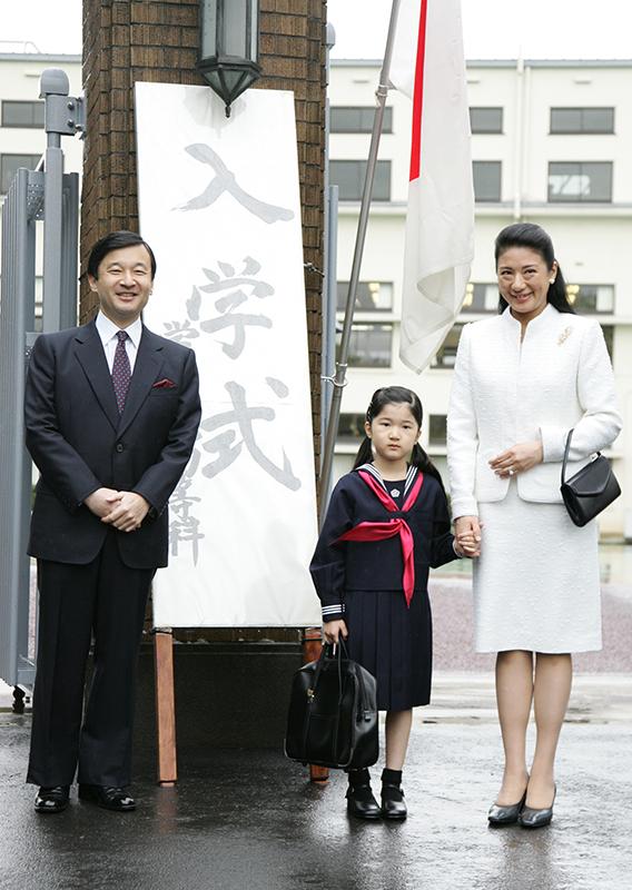 愛子さま学習院初等科にご入学の際の皇太子(当時)、雅子さま、愛子さま