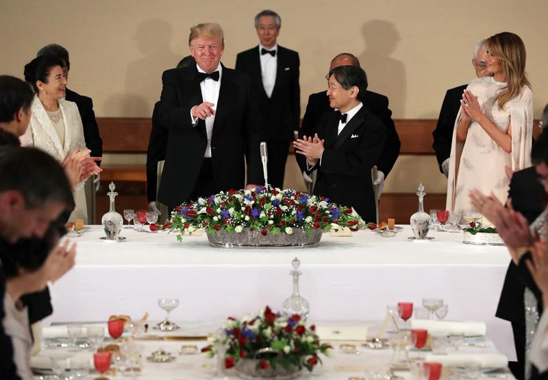 宮中晩餐会で天皇陛下と雅子さま、トランプ夫妻が手をたたいていらっしゃる