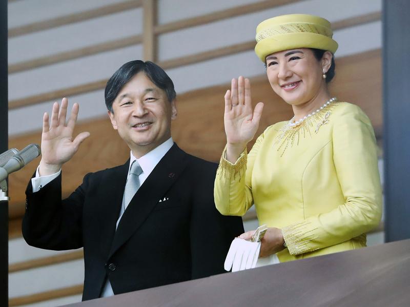 御即位一般参賀にて笑顔でお手振りされる天皇陛下と雅子さま