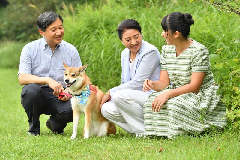 那須御用邸で愛犬とともに笑顔で談笑される天皇ご一家