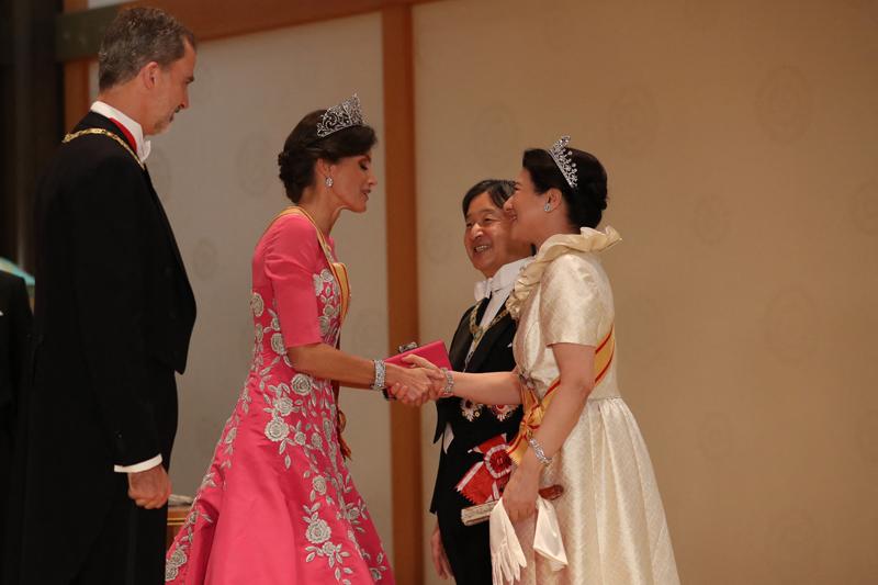 饗宴の儀で天皇陛下と雅子さまがスペイン国王夫妻とあいさつを交わしている