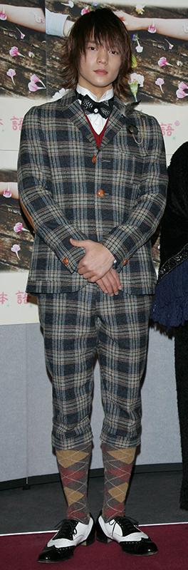 全身チェック柄、短めパンツにアーガイルの靴下を見せた個性的なファッションで登場した窪田正孝
