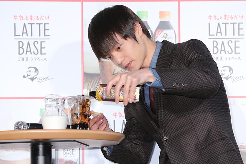 グラスにラテベースを注ぐ窪田正孝