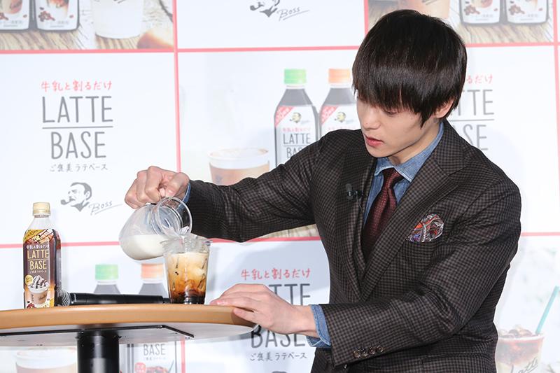 グラスにミルクを注ぐ窪田正孝