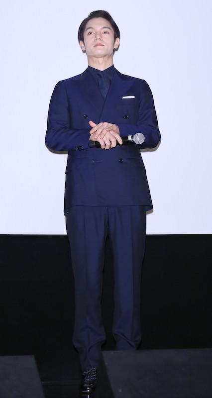 ネイビーのスーツを着る窪田正孝