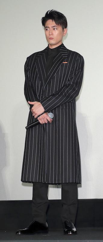ストライプのスーツを着る間宮祥太朗
