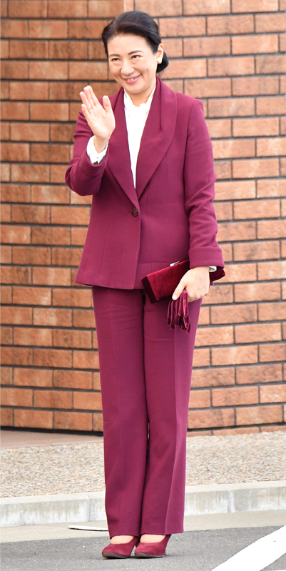 2017年11月「全国育樹祭」でボルドーのスーツをお召しになる雅子さま