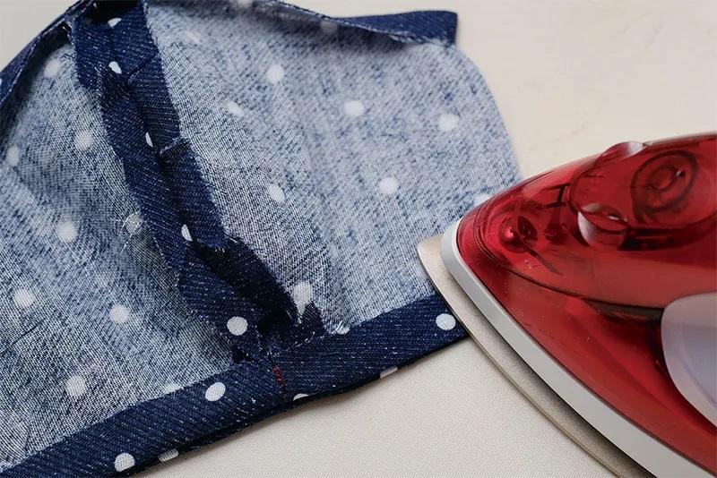 マスク型布を縫い合わせ、上下を1㎝折り込みアイロンを当てた画像