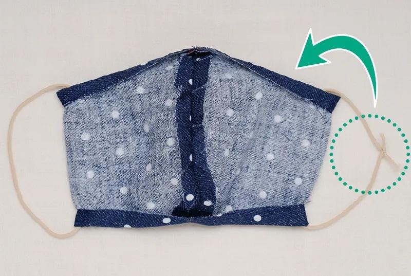 マスク型布を縫い合わせ、両端にゴムを通して結んだ画像