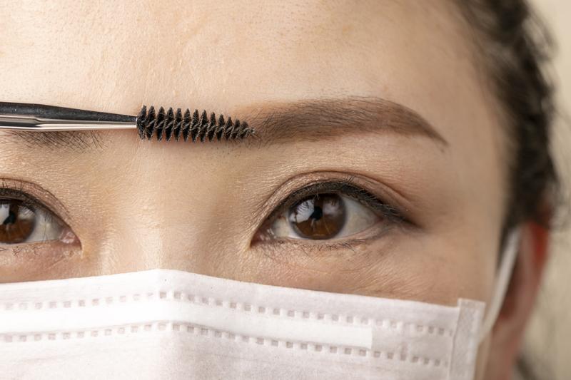 眉頭をスクリューブラシでぼかすマスクをした女性の目元画像