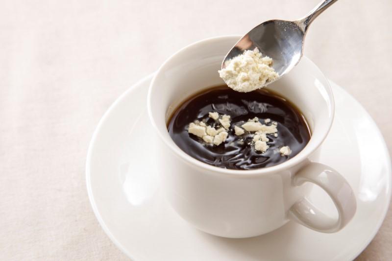 コーヒーにおからを入れいているところ