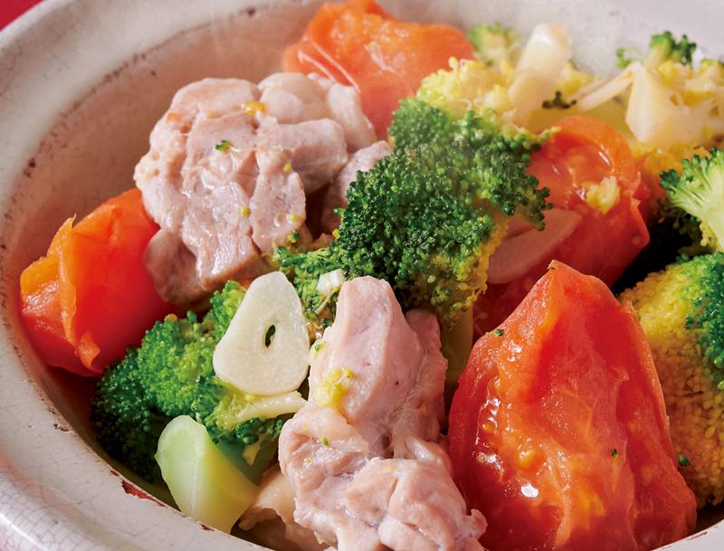 鶏肉とブロッコリーとトマトの蒸し煮が器に盛り付けられている