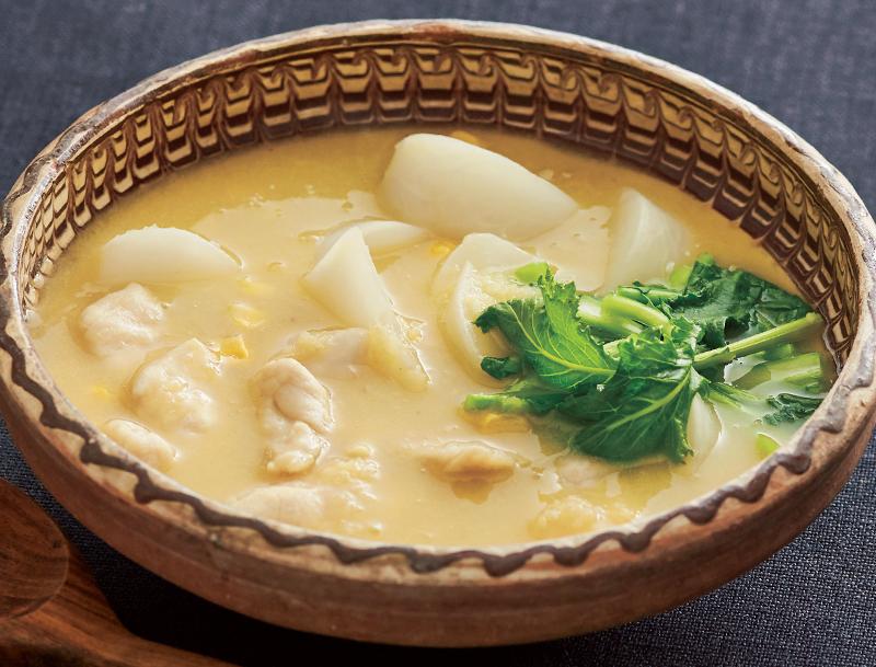 かぶとささ身のジンジャーコーンスープが器に盛り付けられている