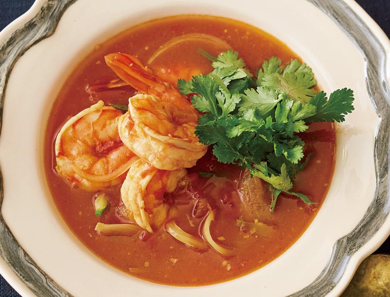 えびとトマトのカレースープが器に盛り付けられている