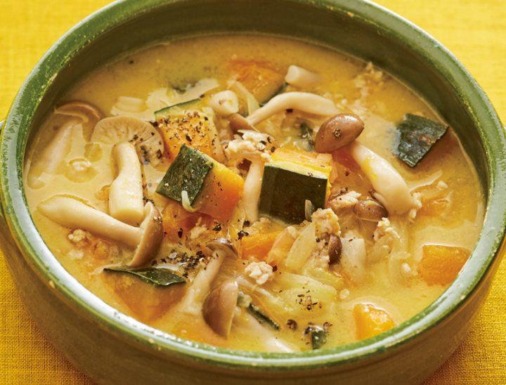 かぼちゃと鶏ひき肉の酒粕スープが器に盛り付けられている