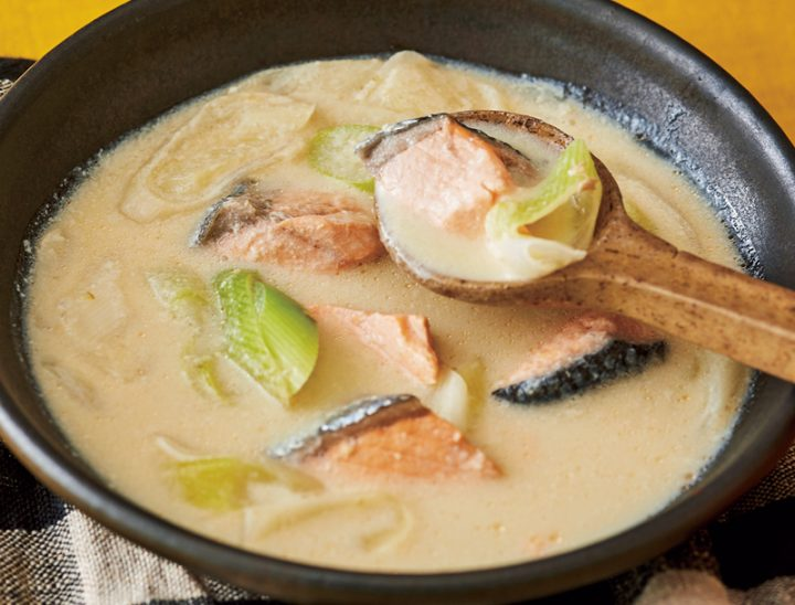 鮭と長ねぎの豆乳みそスープが器に盛り付けられている