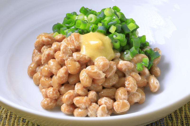 からしと小ねぎをかけた納豆の画像