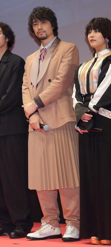 個性的なベージュのスーツを着る斎藤工