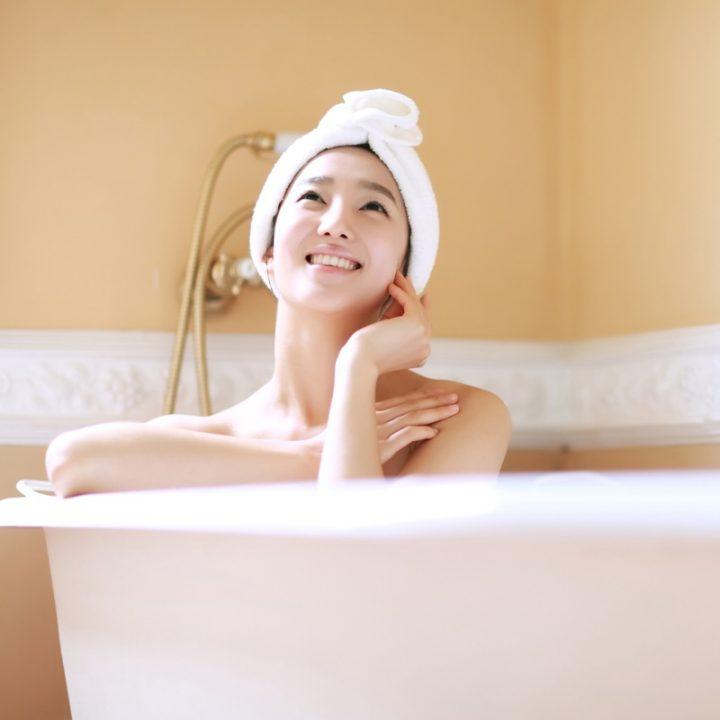 浴槽に入っている女性