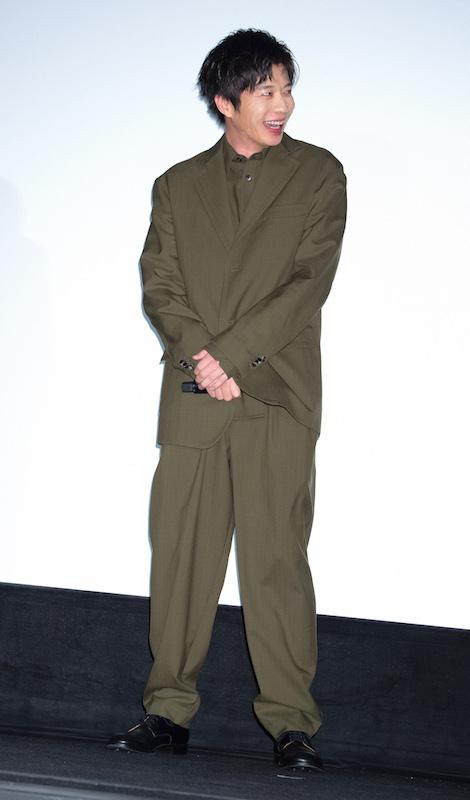 ダボッとしたスーツを着こなす田中圭