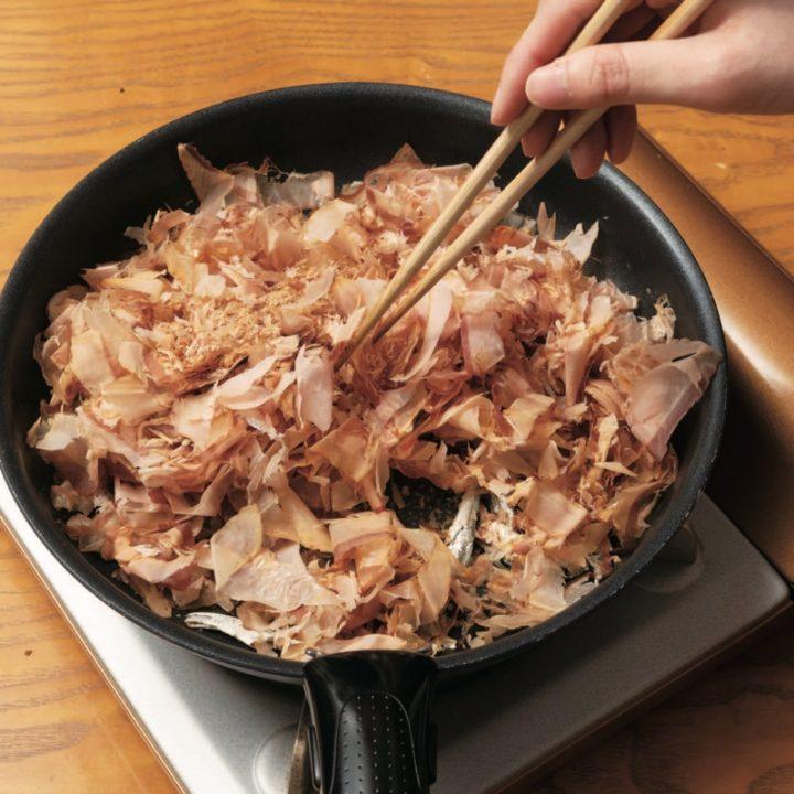 痩せる出汁の作り方、フライパンでかつお節と煮干しをいっているところ