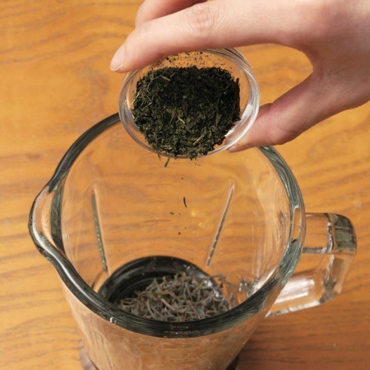 刻み昆布と緑茶(茶葉)、炒ったかつお節と煮干しをミキサーにかけるところ