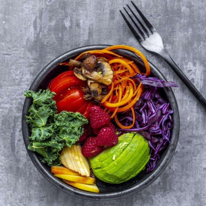 カラフルな野菜で作ったサラダ