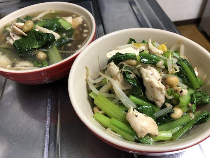写真手前「鶏肉と小松菜、もやしの湯切りグレインズサラダ」、写真奥「鶏肉と小松菜の雑穀スープ」
