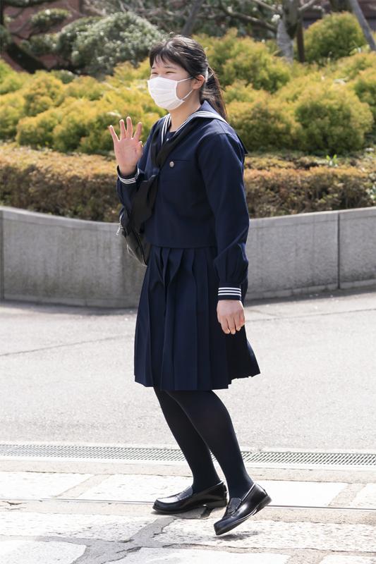 高校の制服姿の愛子さまがマスクを着用されてお手振りされている