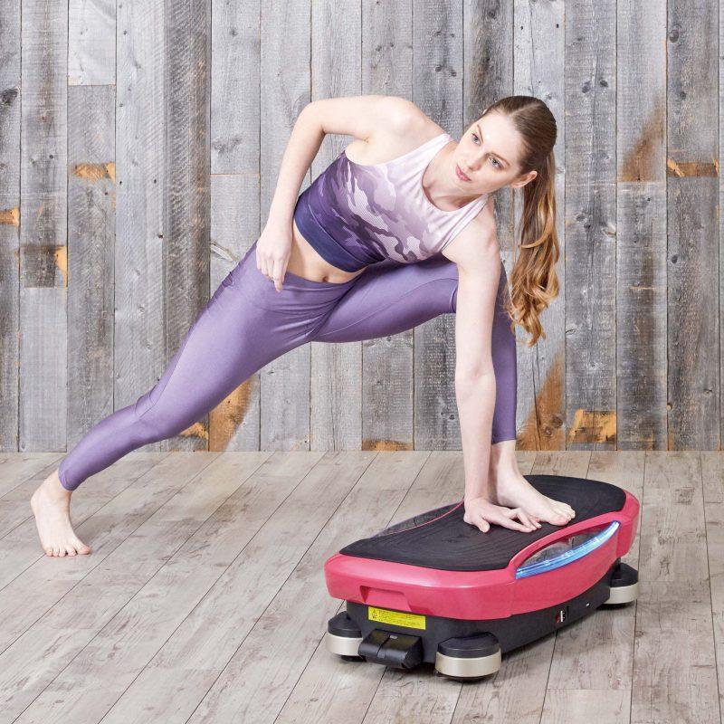 ドクターエア『3DスーパーブレードPRO』に片足と片手をのせエクササイズしている女性
