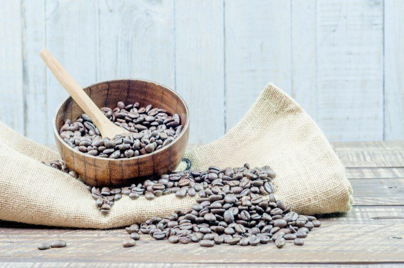 器に入ったコーヒー豆と麻袋