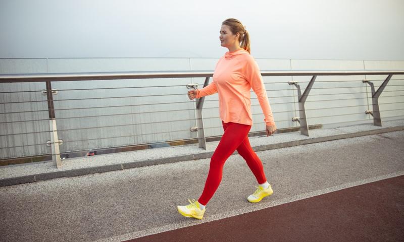 歩道を歩く女性
