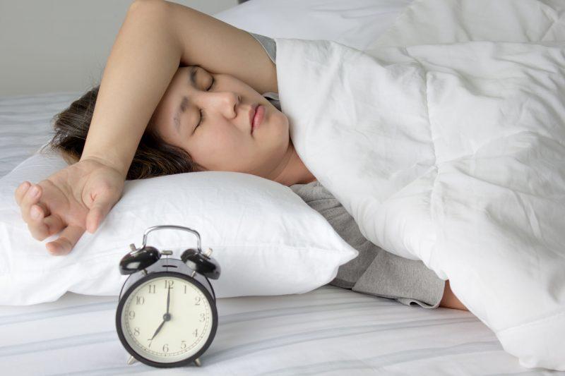 ベッドに横たわる女性の写真