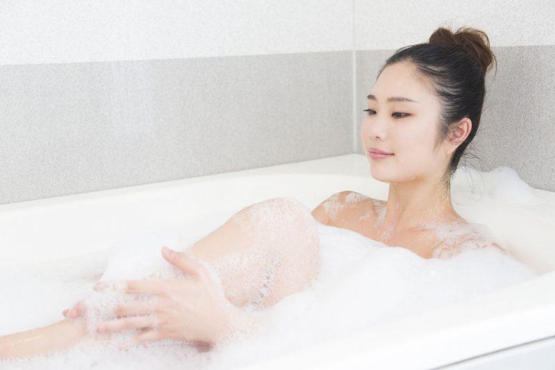 泡風呂に浸かる女性の写真