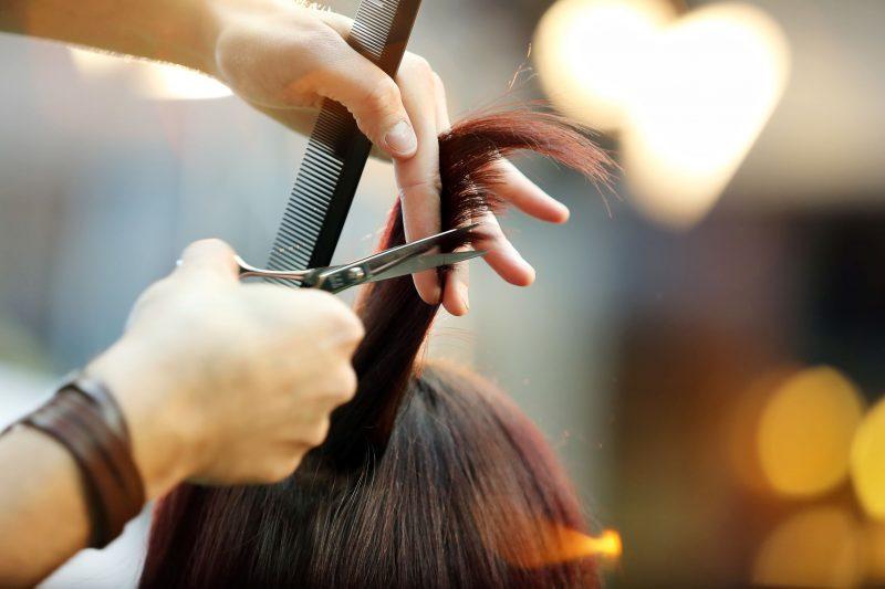 髪をカットする美容師の手元画像
