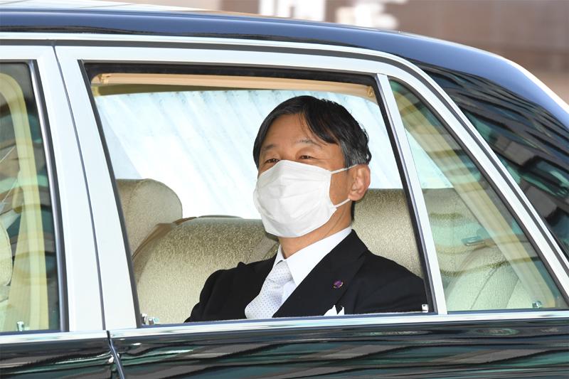 皇霊殿御神楽の儀にご出席される天皇陛下は車中でもマスクをご着用されていた