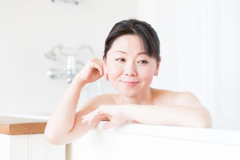 入浴をする女性