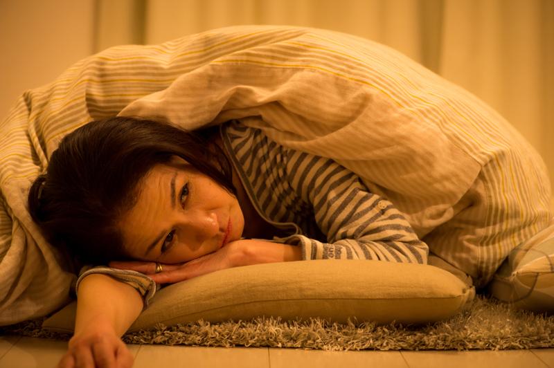 ベッドでぐったりする女性