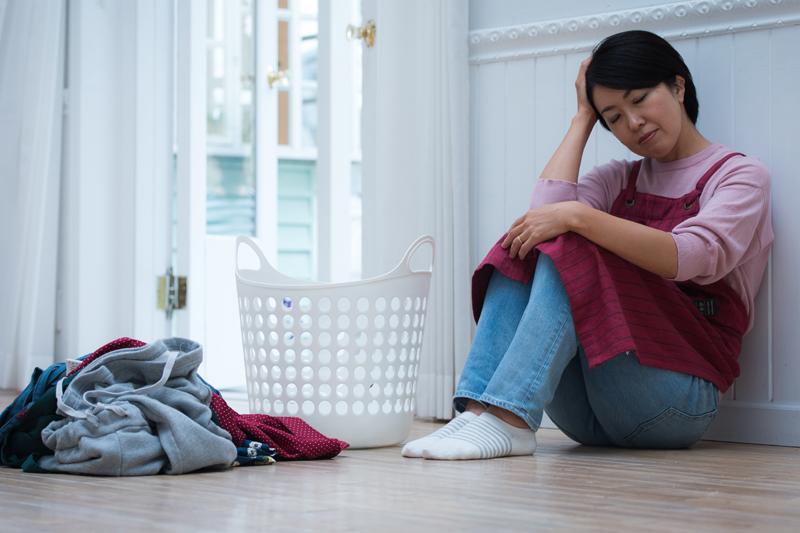 PMSの症状で脱力状態の女性