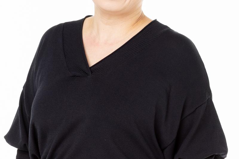 Vネックのカットソーを着た女性の胸元