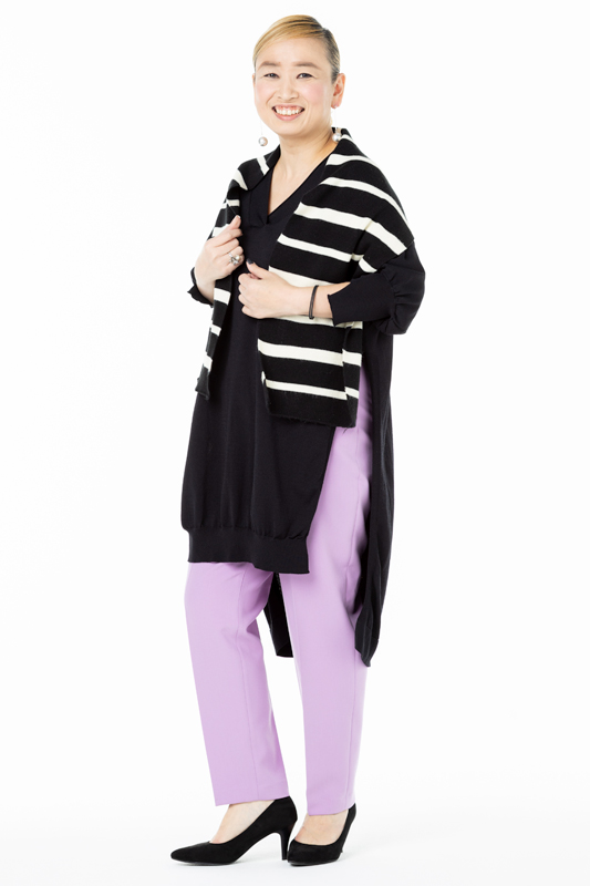 黒白の太いボーダー+パステルカラーのパンツを着た女性