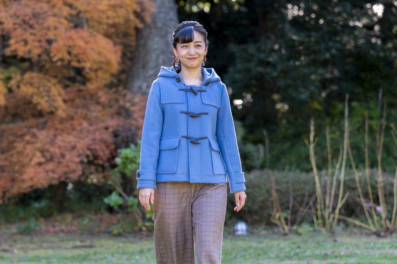 ブルーのダッフルコート姿の佳子さま