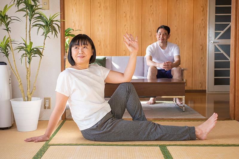 家でトレーニングしている女性