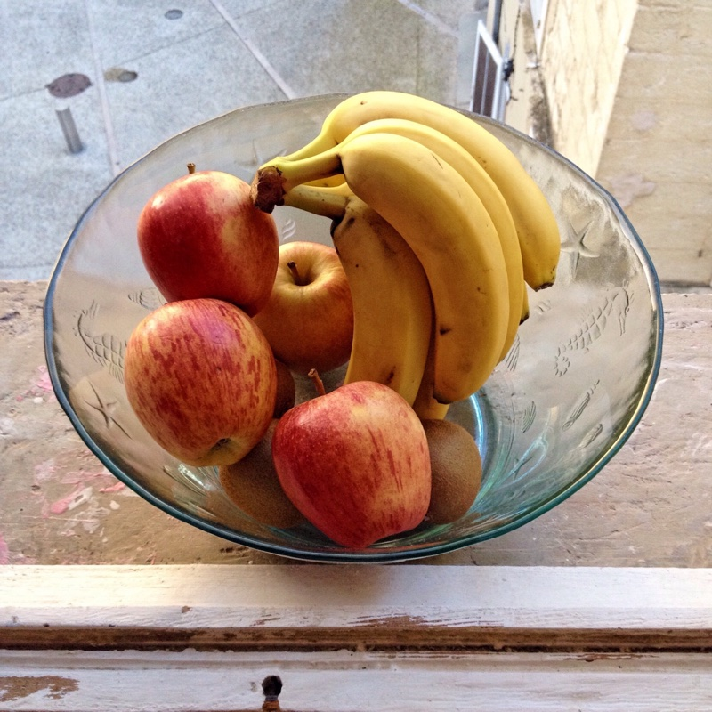 ガラスの器に入ったりんごとバナナ