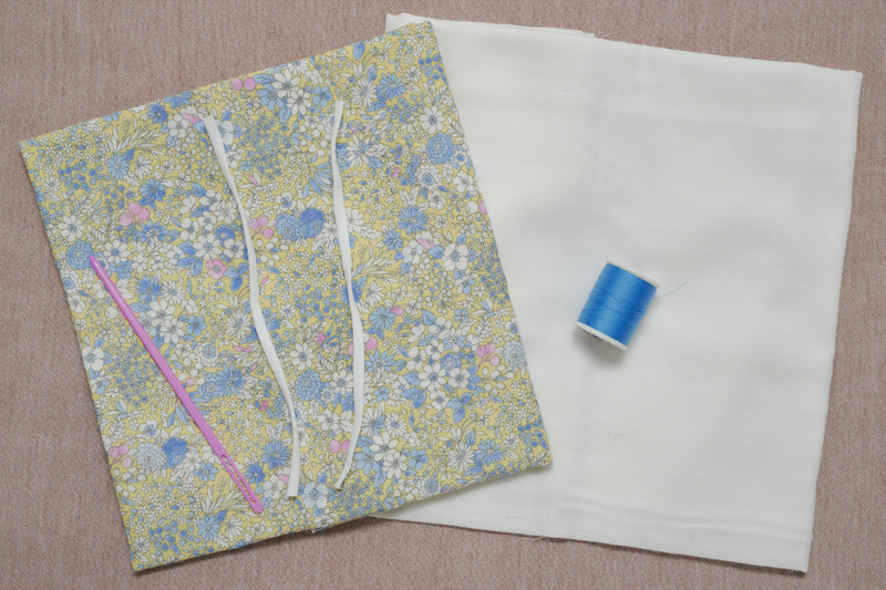 表地用布、裏地用布、水色の糸、マスク用ゴム2本