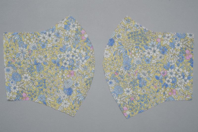 左右対称に1枚ずつ型紙に合わせて切った花柄布地