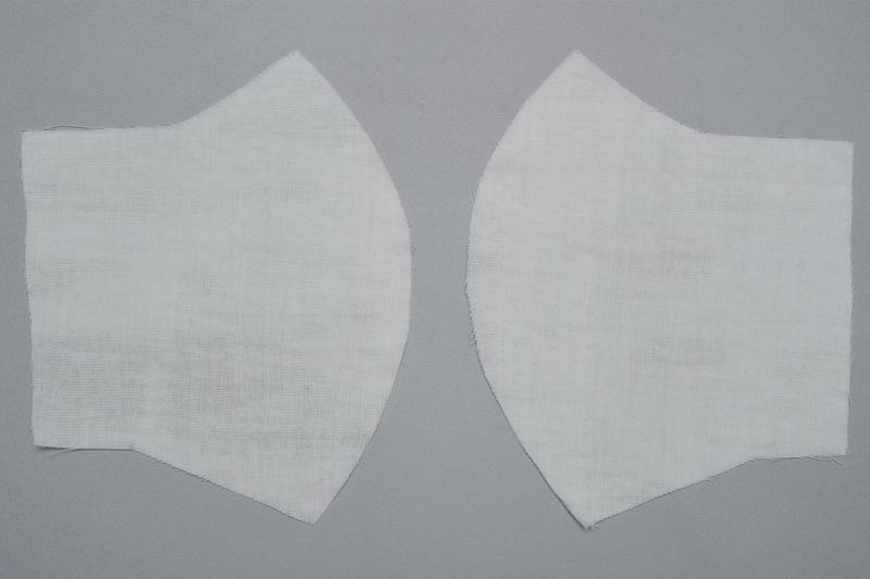 左右対称に1枚ずつ型紙に合わせて切った裏地用白ガーゼ布地